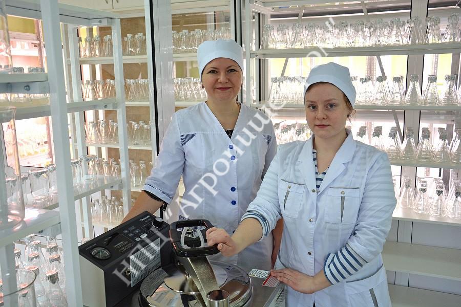 Автоклавирование питательной среды сотрудниками лаборатории.