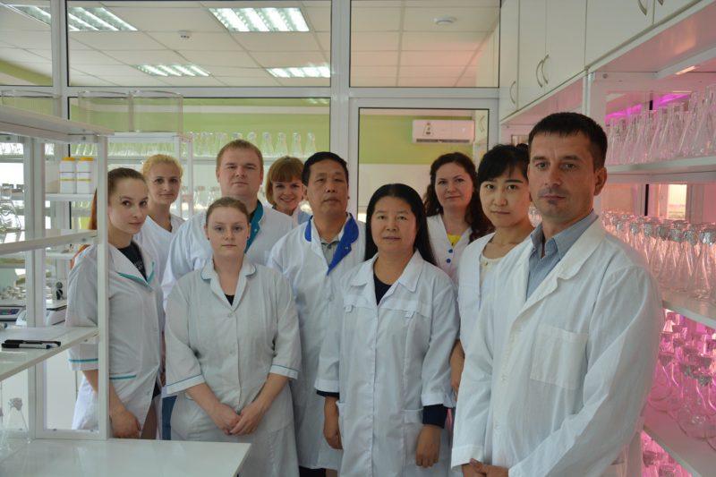 """Ученые из Китая, сотрудники и руководство Лаборатории клонального микроразмножения НПЦ """"Агропищепром"""""""