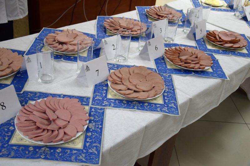 Ассортимент колбас, представленных к дегустации