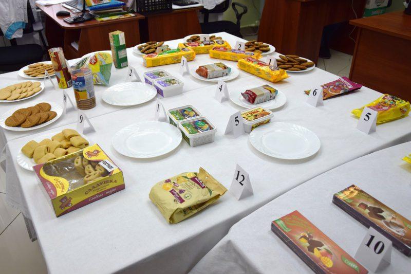 Ассортимент постных сладостей: печенье, мармелад, халва